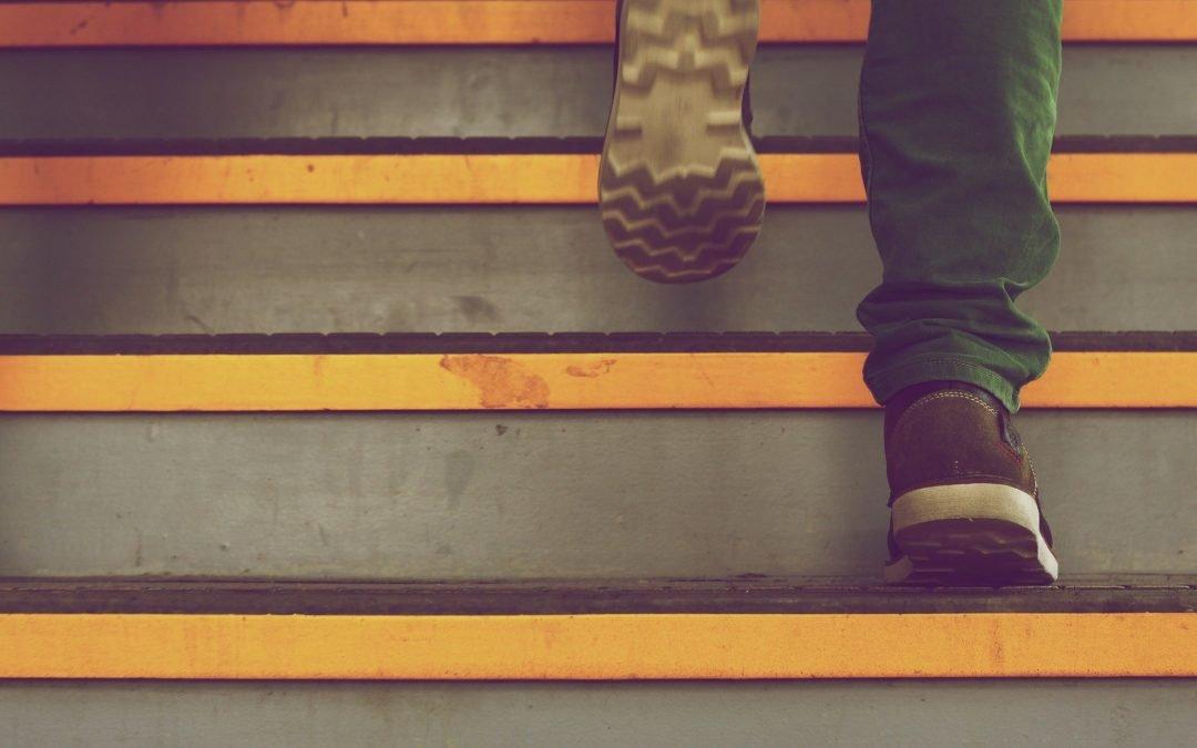 Ubezpieczenia: poślizg na mokrych schodach, czyli od kogo i na jakich zasadach uzyskać odszkodowanie z polisy.