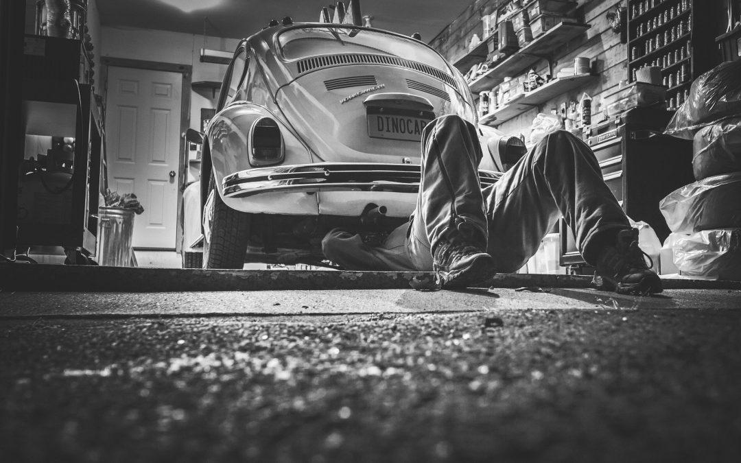 Ubezpieczenia: uszkodzenie pojazdu przez warsztat – z jakiej polisy dochodzić odszkodowania.